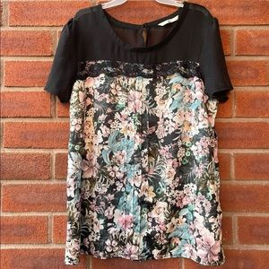 Tu Short-Sleeve Floral Tee Lace and Pleated Front